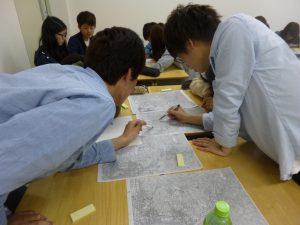 (写真2)昭和初期からの現在までの地形図を比較し、空間変容を読み解いていく
