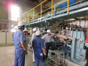 県・紙産業技術センターのパイロットマシンを使った抄紙実習